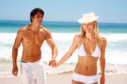 Schlankes Paar am Strand